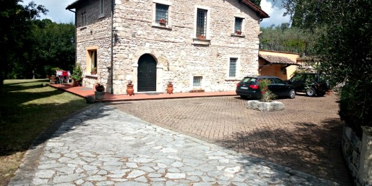 Scandriglia:Casale in pietra con terreno e vista panoramica(Rif.2148)