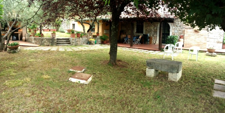 giardino con portico e forno
