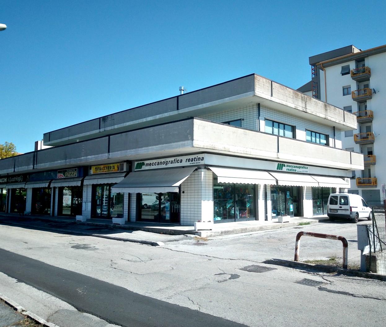 Affittasi locale commerciale/magazzino di 170 Mq circa in Via De Juliis (Ri) Rif.2104