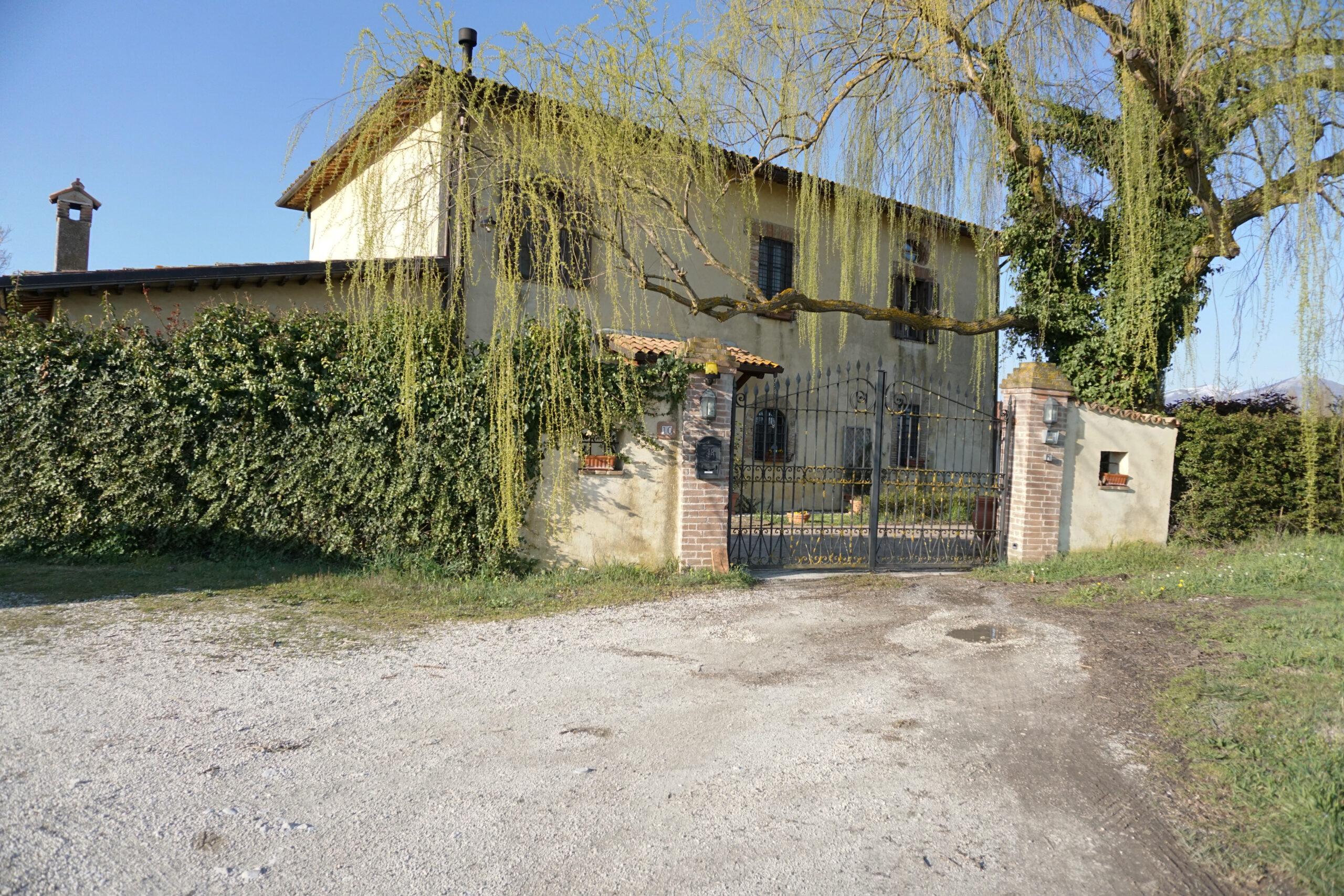 Montisola casale tipo Toscano su 2 livelli (Rif.2207)