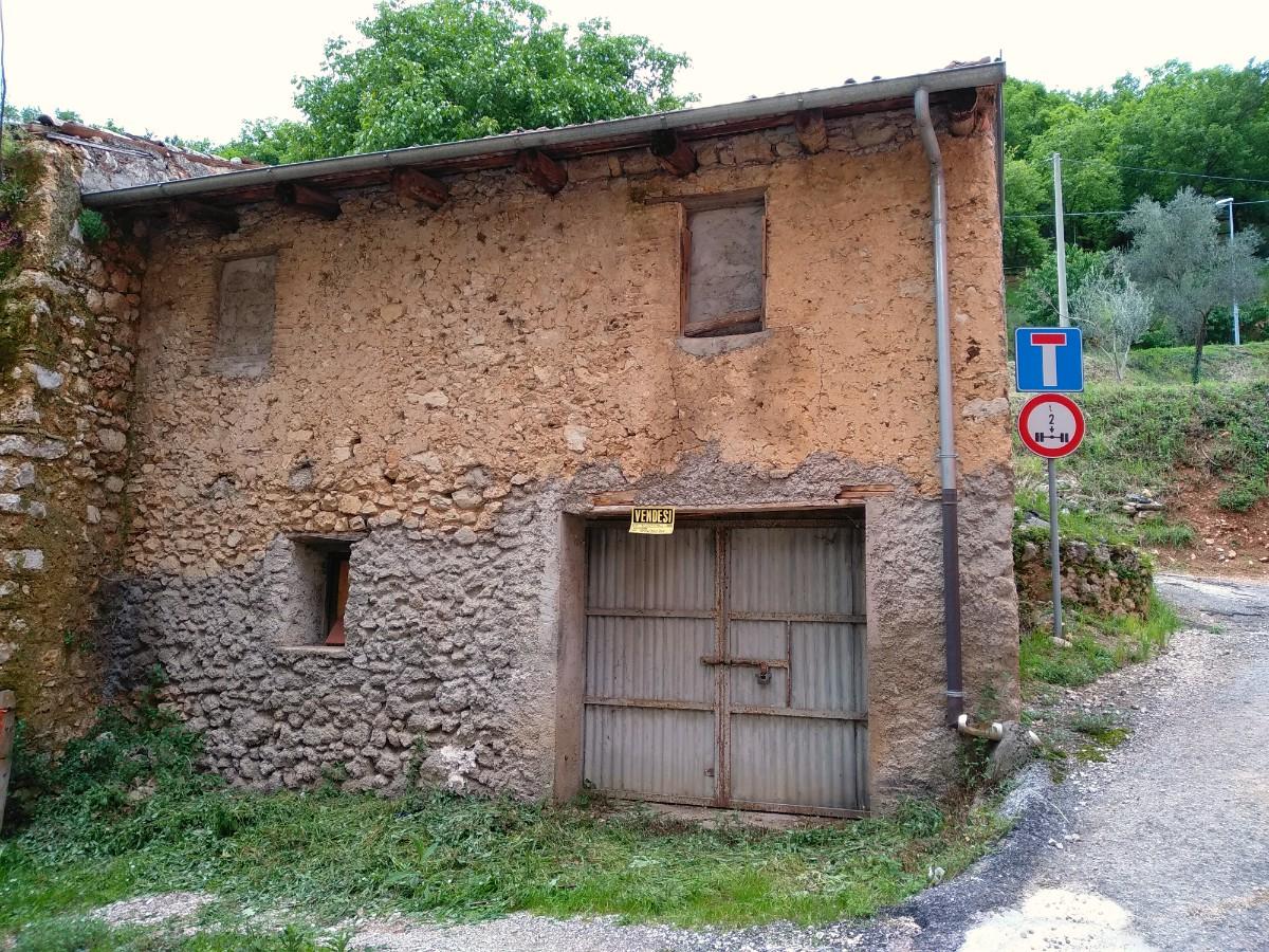 Fabbricato rurale con ingresso indipendente e libero su tre lati (Rif.2228)