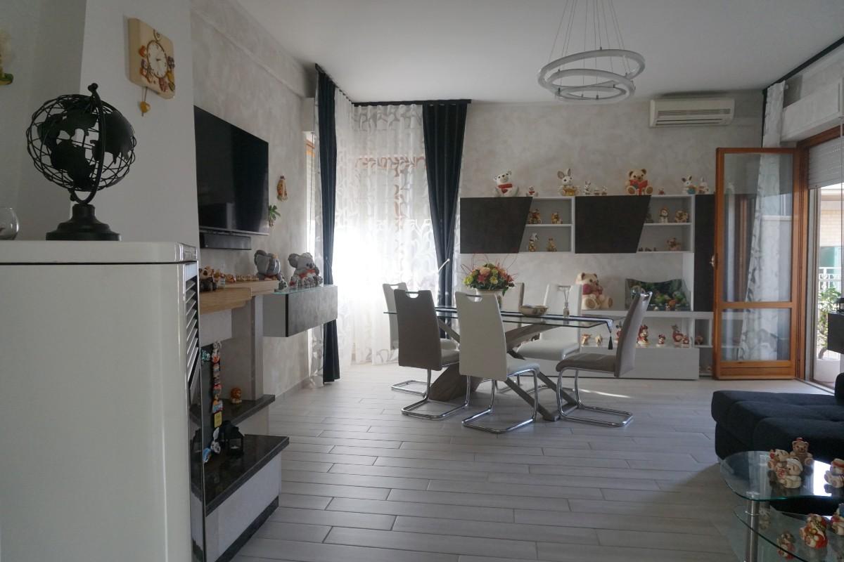 PIAZZA TEVERE Appartamento con tre camere finemente ristrutturato. (Rif.2263)